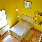 Family room with extra sleeping area on the mezzanine - The yellow room